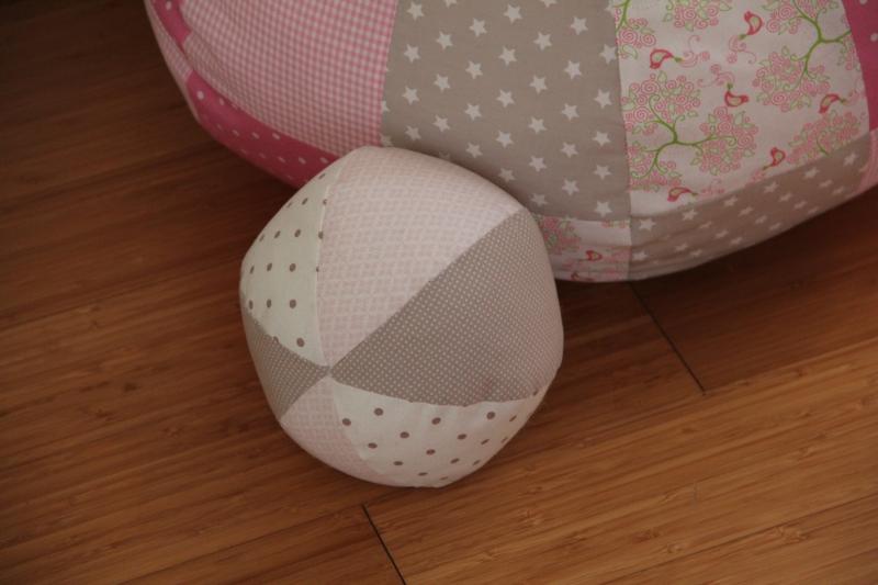 sch nes aus stoffresten patchwork ball. Black Bedroom Furniture Sets. Home Design Ideas